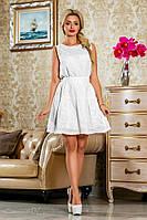 Летнее платье из батиста с широкой юбкой, без рукавов с поясом. Белое