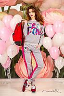 Женский трикотажный спортивный костюм с принтом. Двухцветный.Серо-малиновый