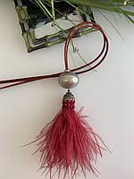Подвеска с перьями страуса,на шнуре из натуральной кожи.