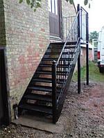 Лестница из металла с перилами прямая на улицу маршевая