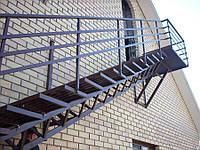 Лестница из металла с перилами прямая на улице на больцах