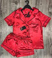 Красная атласная пижама шорты и рубашка.