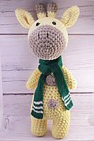 Мягкая вязаная игрушка ручной работы жираф в шарфе 42*19 см
