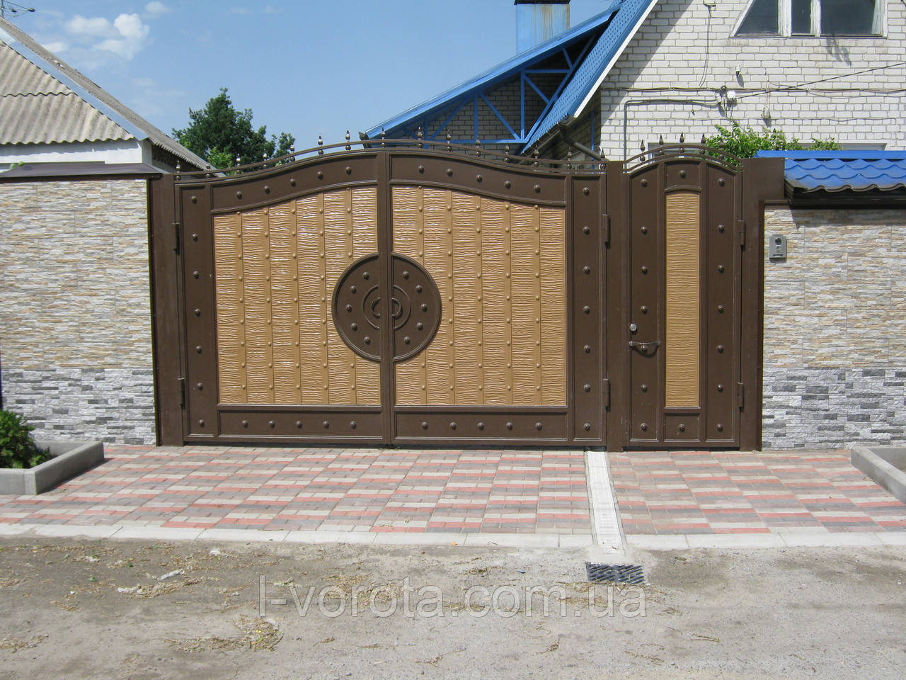 Металлические распашные  ворота с рельефным декором (эффект жатки) 3000, 2000 и калитка 800, 2000