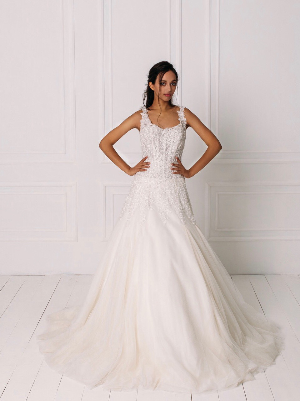 Свадебное платье с кружевом вышитым бисером и пышной юбкой