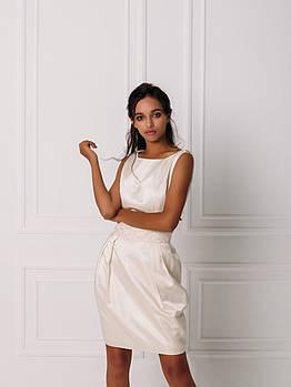 Короткое свадебное платье с перчатками