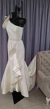 Свадебное платье с воланами и вышитым поясом, приталенное
