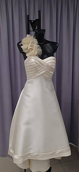 Классическое свадебное платье укороченное