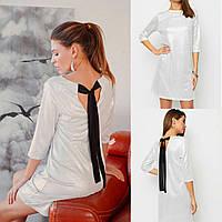 Платье женское белое трикотажное блестящее, с небольшим вырезом на спине.
