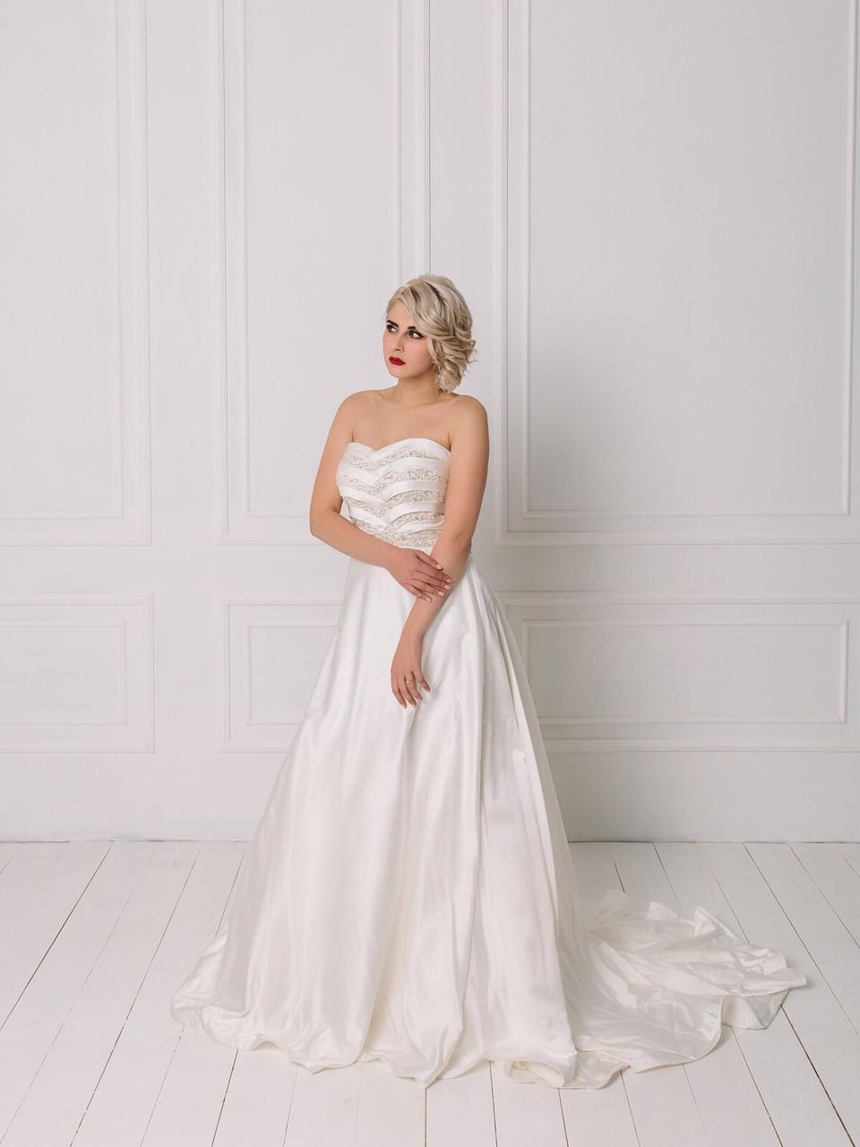 Свадебное платье с пышной юбкой и бисером