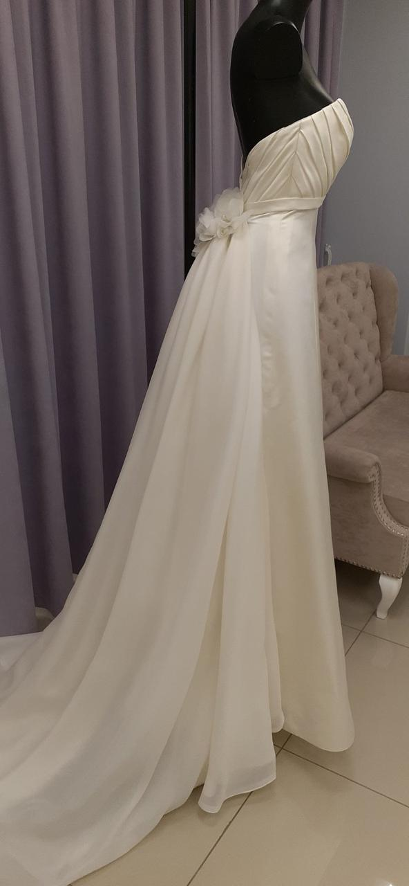 Свадебное платье с длинным шифоновым шлейфом