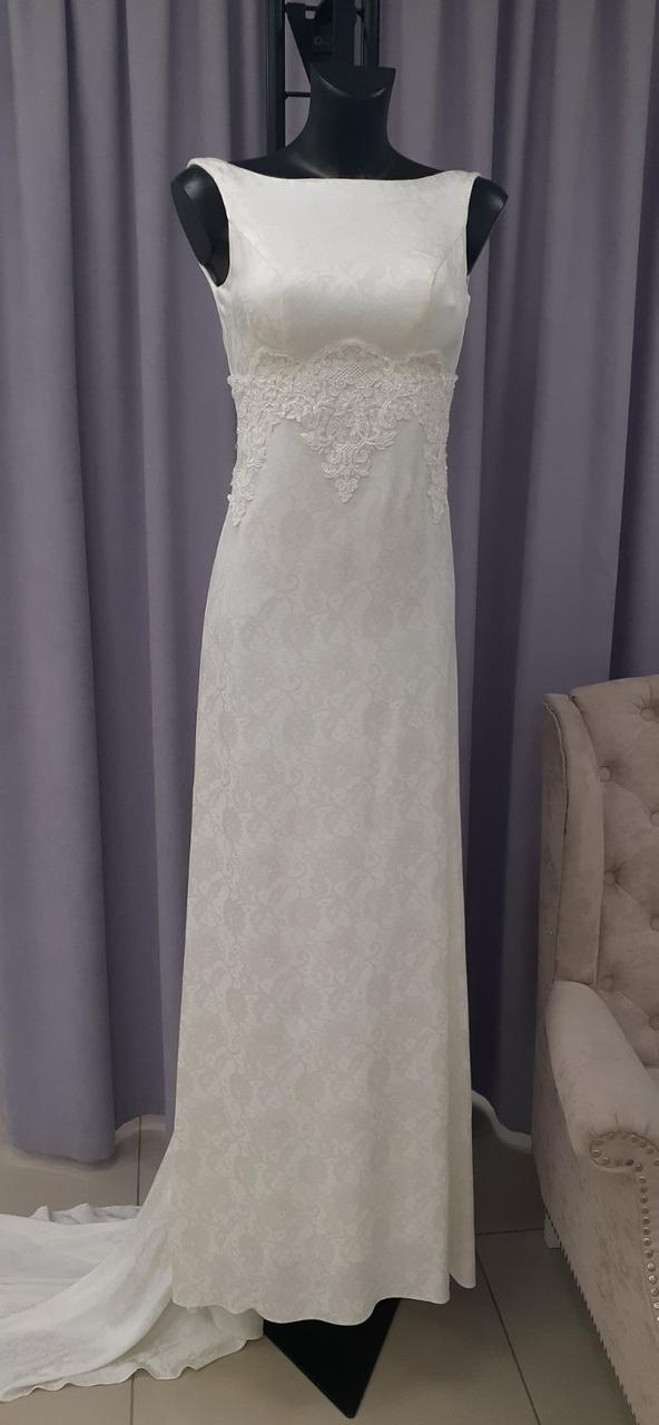 Свадебное платье из тонкого жаккарда декорированное кружевом