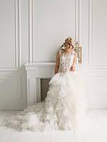 Пышное свадебное платье с бисерной вышивкой и объёмной юбкой