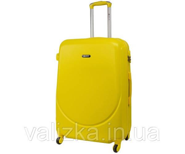 Большой пластиковый чемодан на 4-х колесах с фурнитурой в цвет желтый