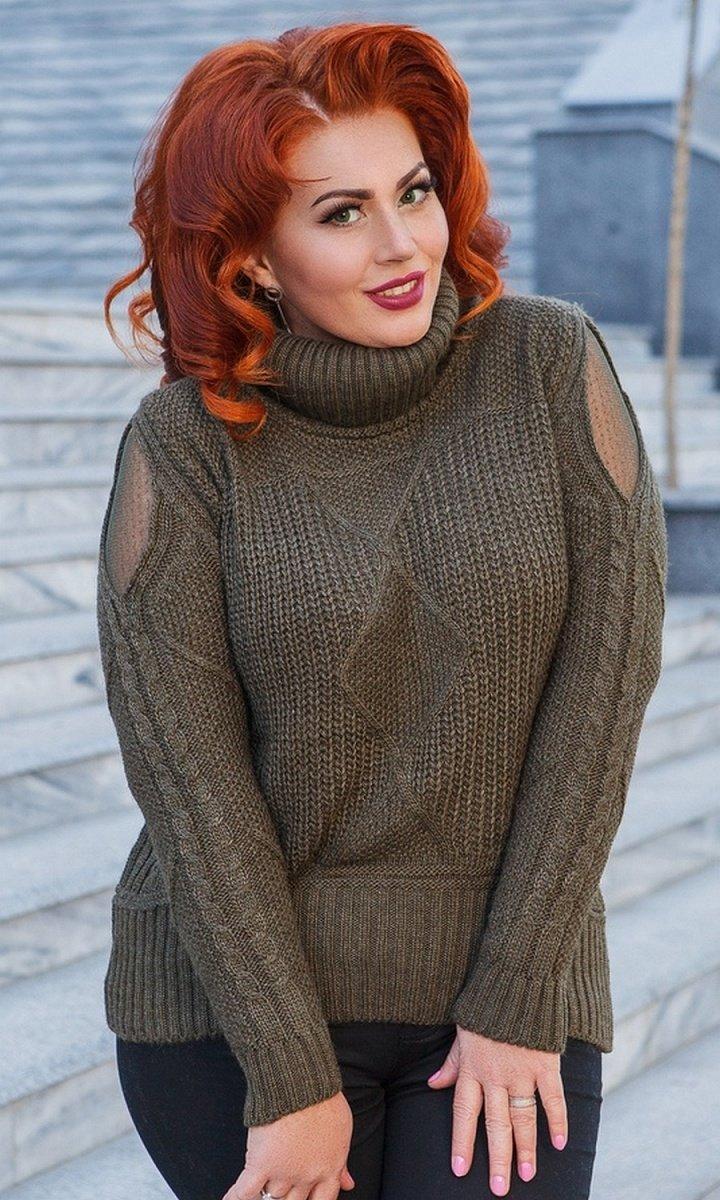 Красивый вязанный свитер с вставками из сетки на рукавах