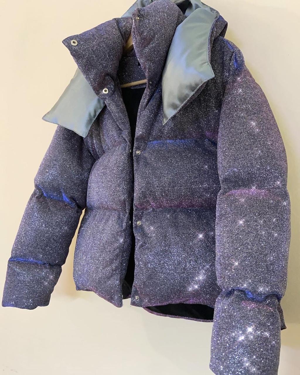 Блестящий короткий пуховик куртка зимняя оверсайз дутый объемный с капюшоном люрекс
