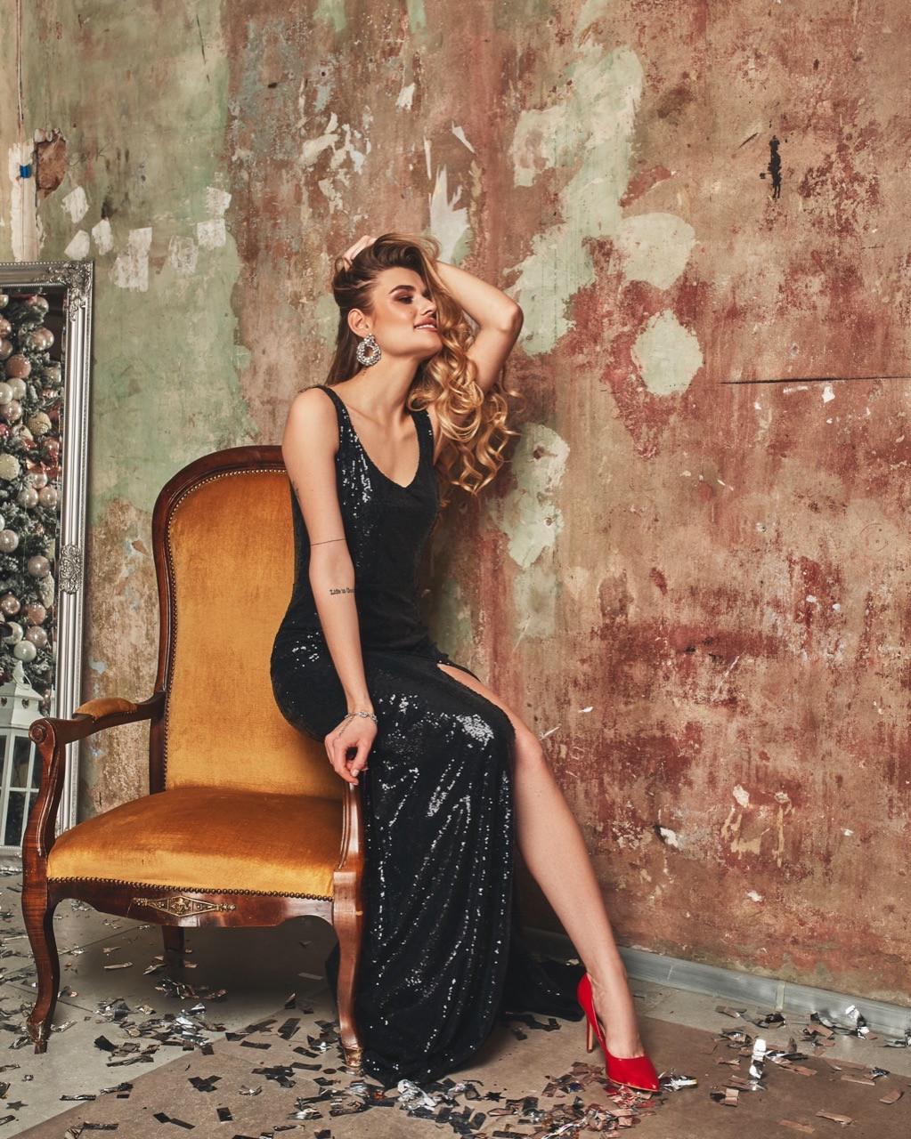Длинное платье из пайетки на бретелях и с вырезом декольте vN6068