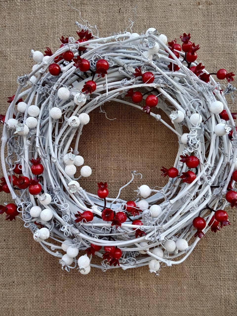 Біло-червоний новорічний вінок на двері 35 см