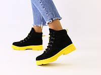 Женские зимние замшевые черные ботинки на желтой подошве, фото 1
