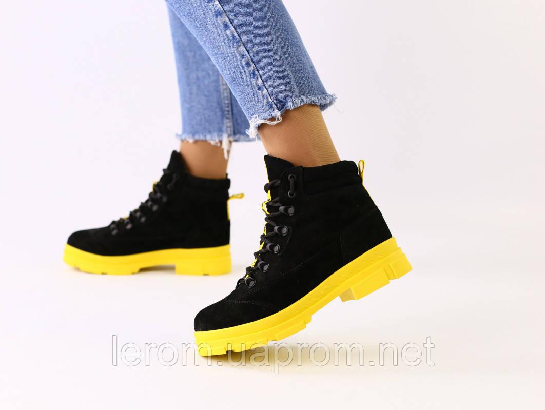 Женские зимние замшевые черные ботинки на желтой подошве