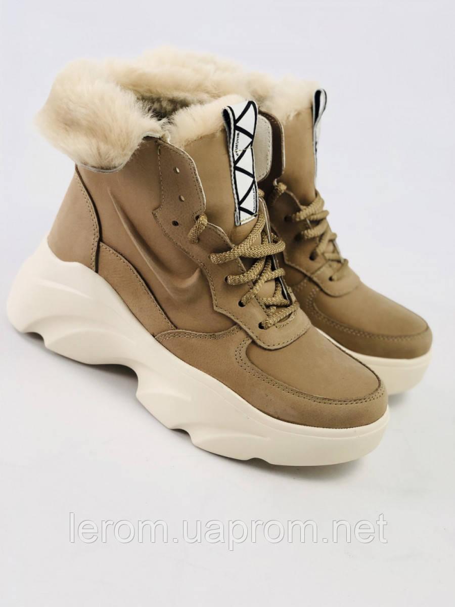 Женские зимние бежевые ботинки из нубука с вставками кожи