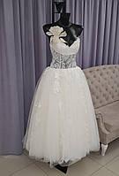 Классическое свадебное платье с вышивкой и пышной юбкой