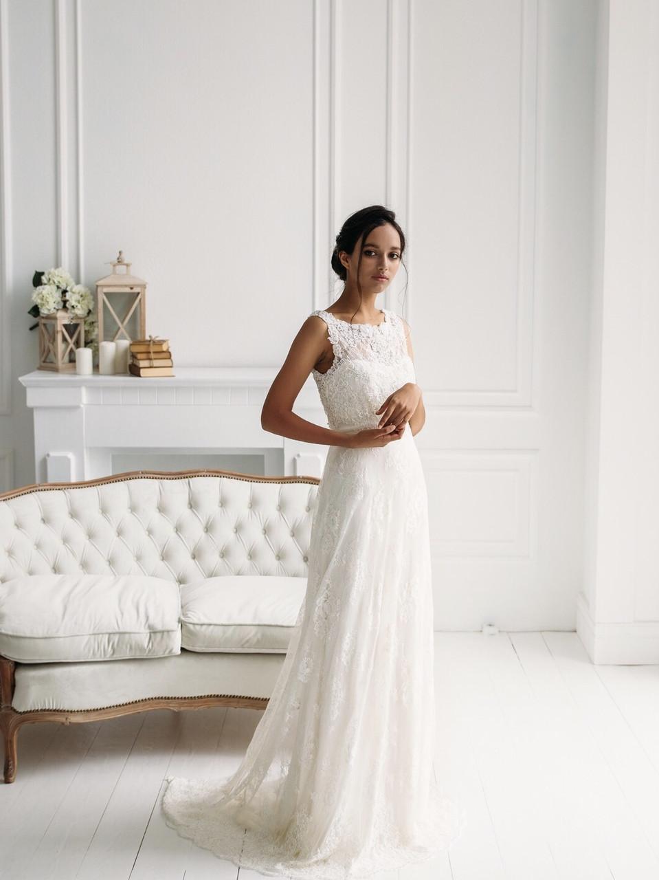 Классическое свадебное платье из тонкого кружева с вышивкой