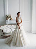 Свадебное платье со складками кружевом и пышной юбкой