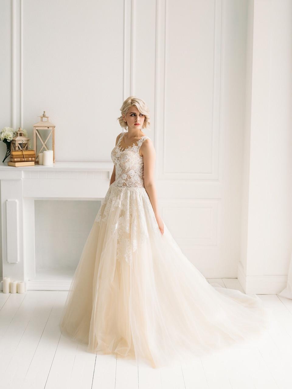 Свадебное платье с кружевом и пышной юбкой из органзы