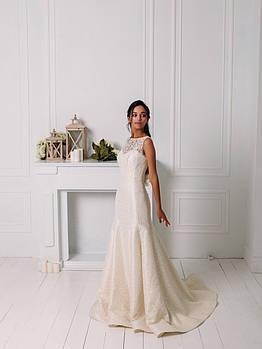 Свадебное гипюровое приталенное платье с цветком