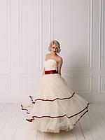 Свадебное пышное платье с бордовым поясом