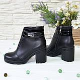 Ботинки женские кожаные на устойчивом каблуке, декорированы лаковыми ремешками, фото 3