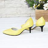 Туфли женские на невысокой шпильке, натуральная кожа флотар желтого цвета, фото 4
