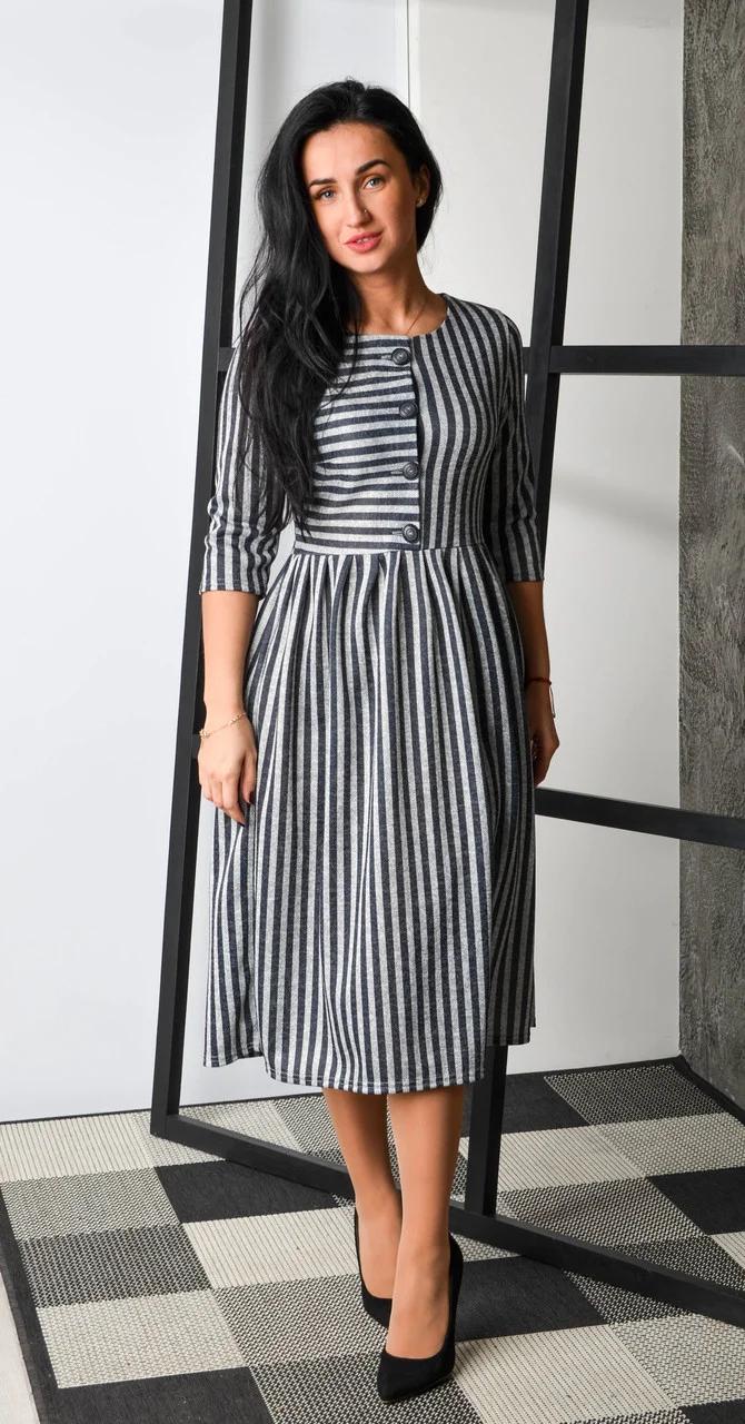 Теплое платье в полоску с четырьмя пуговками