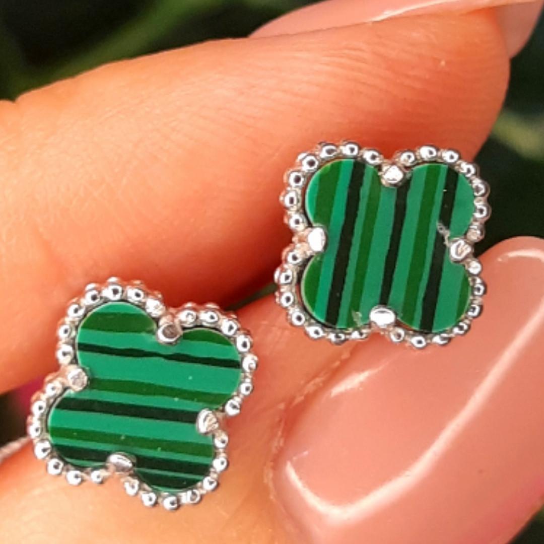 Серебряные гвоздики Клевер с малахитом - Брендовые серьги Клевер зеленые