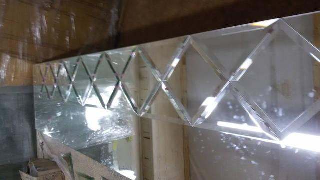 Подгонка зеркальной плитки для панно