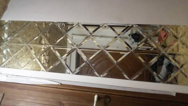 Зеркальное панно, размещенное на стене