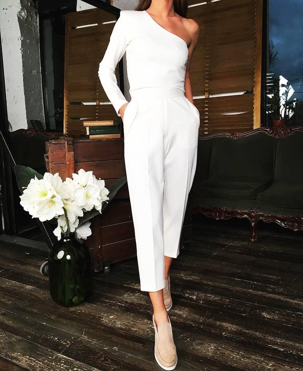 Стильный нарядный брючный костюм классический топ на одно плечо прямые брюки айвори белый