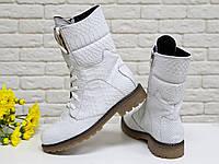 """Ботинки из натуральной кожи белого цвета с объемной текстурой """"питон"""""""
