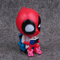 Фигурка Marvel: Дэдпул сидит в кресле с книгой  / Deadpool 10см