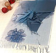 Красивый кашемировый шарф палантин с цветочным принтом.
