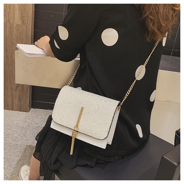 Блестящая белая сумочка с косточкой через плечо