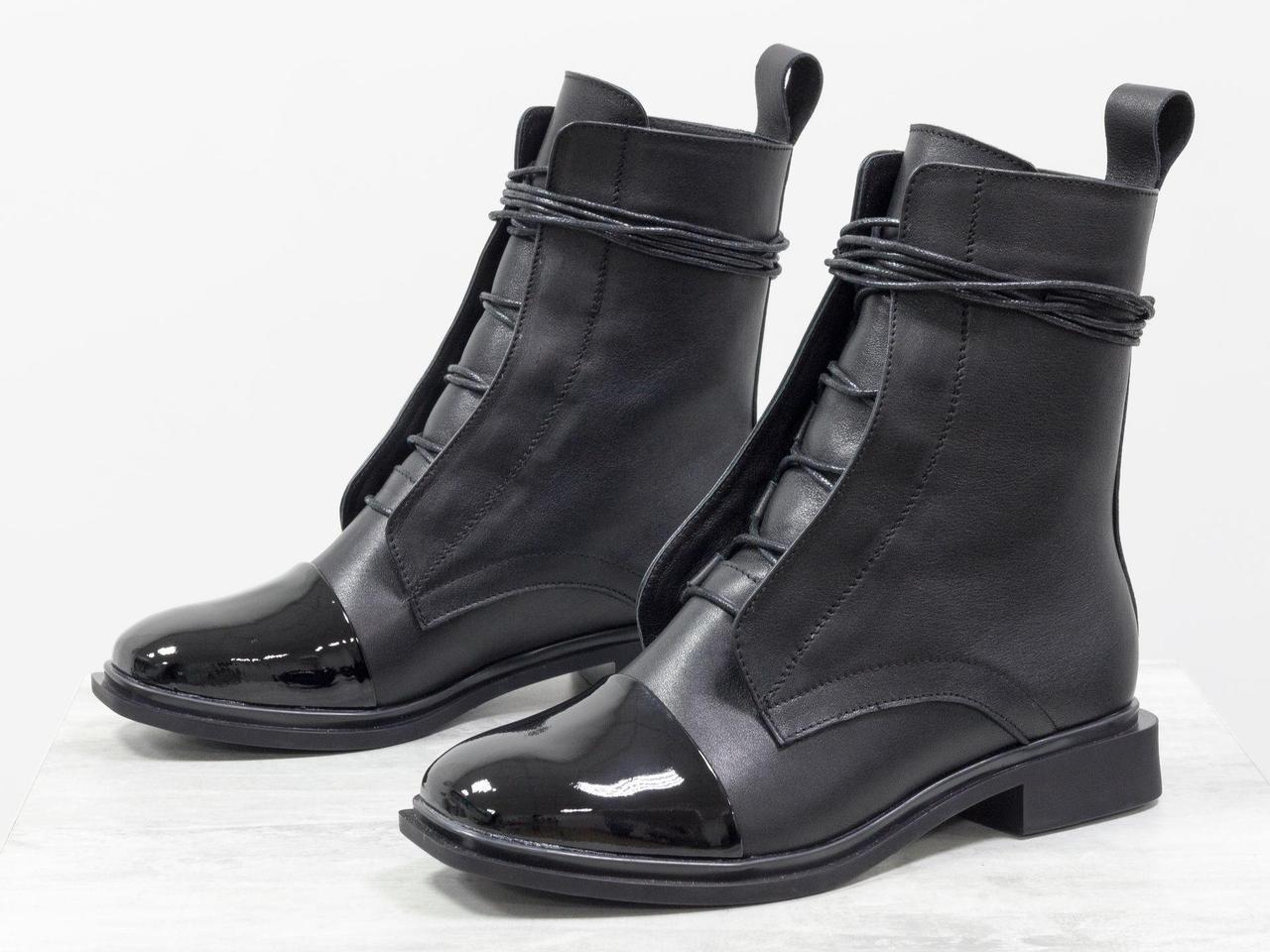 Классические ботинки черного цвета из натуральной кожи с лаковыми вставками