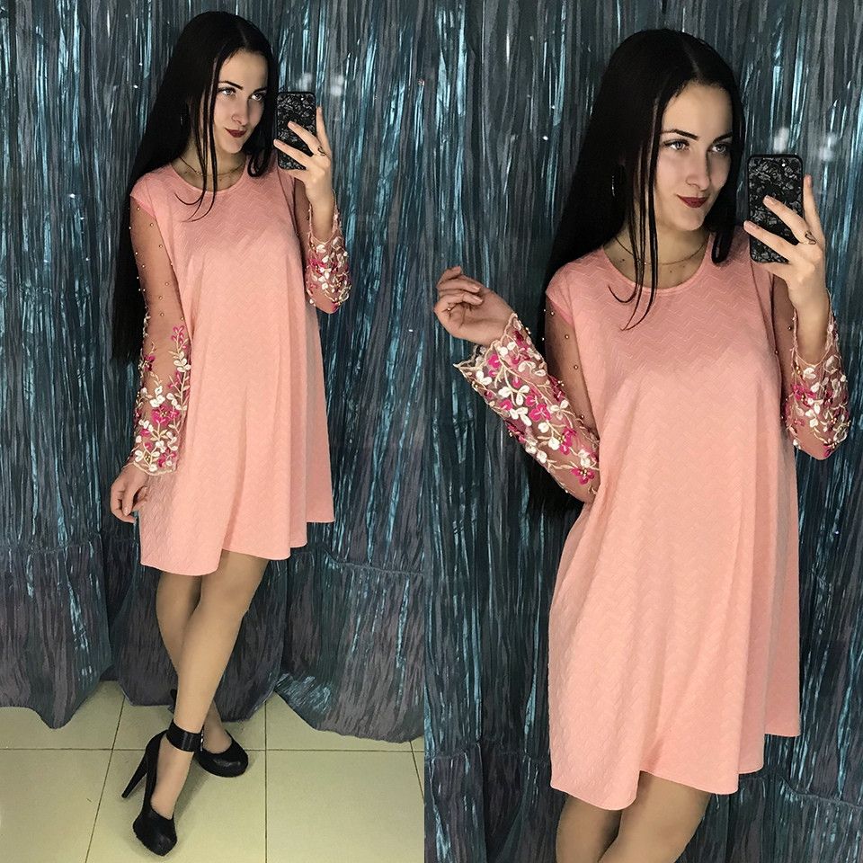 Персиковое платье с вышивкой на рукавах