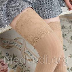 Бежевые женские гольфы-чулки выше колена с изящным кружевом