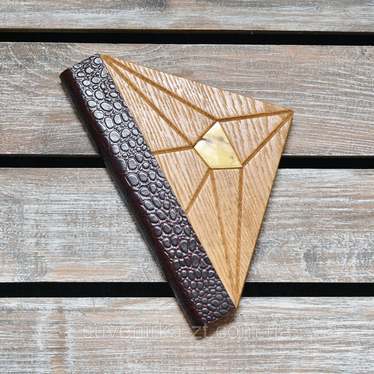 Блокнот с деревянной обложкой. Треугольный. Инкрустация янтарем. (А00337)
