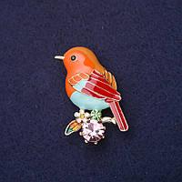 Брошь Птица на ветке стразы эмаль цвет оранжевый голубой красный розовый зеленый 38х23мм золотистый металл