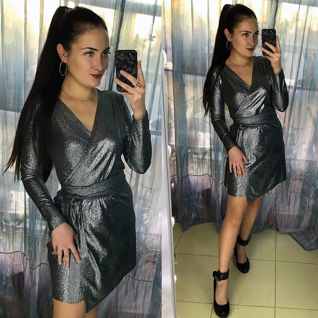 Блестящее платье мини под горло