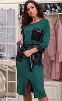 Платье изумрудного цвета с накладными кожаными карманами,кожаным поясом и разрезом спереди