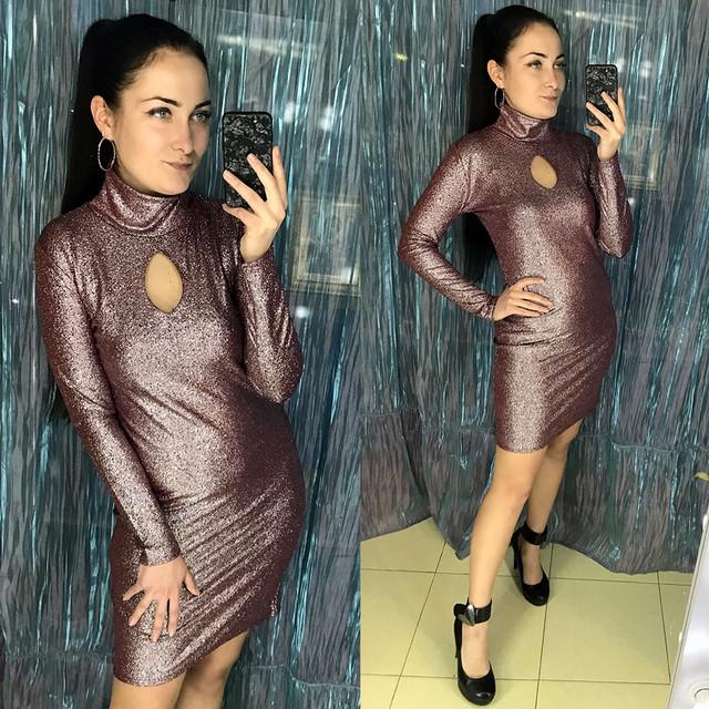 Облегающее мини платье под горло с вырезом каплей из трикотажа голограмма